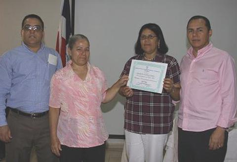 Participantes-en-taller-recibe-diploma